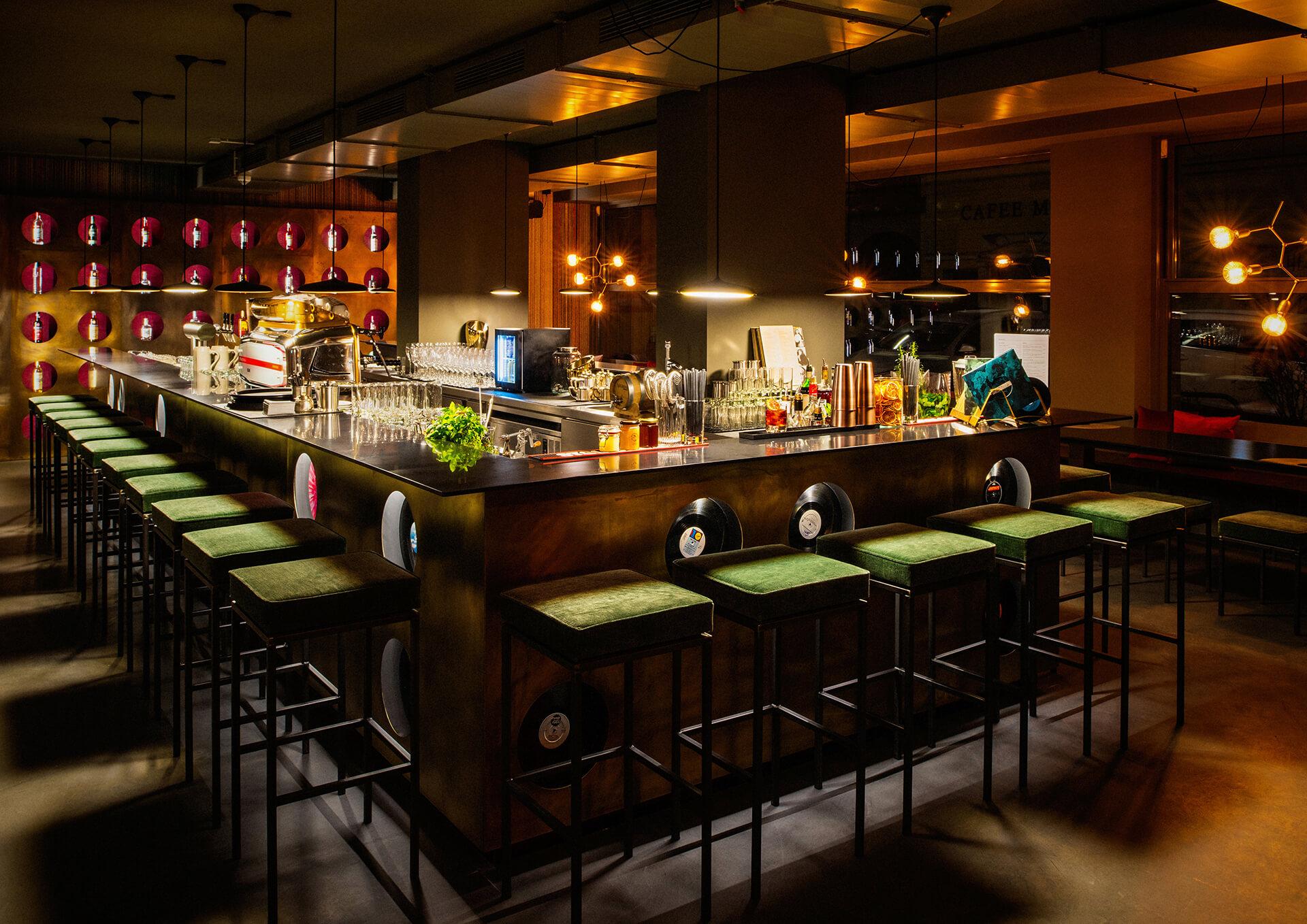 Warm beleuchtete Bar im Stil der 70er Jahre