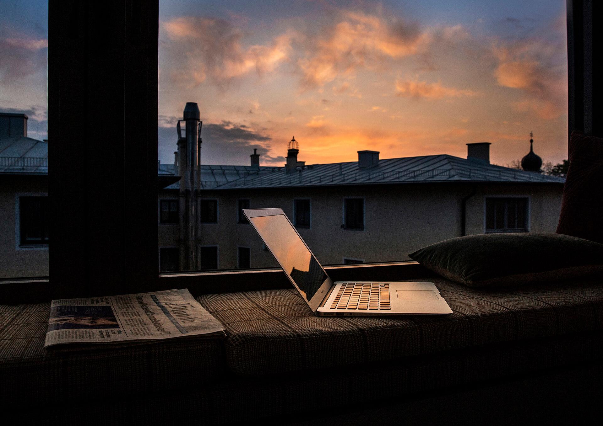 Zimmerbreite Fenster mit gepolsterter Fensterbank zum Relaxen