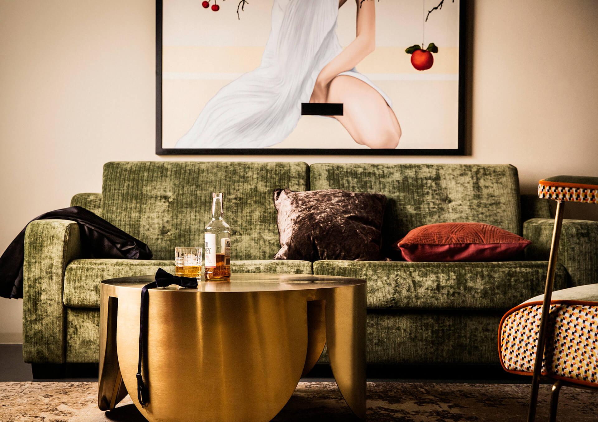 Jams Suite mit moderner Kunst sowie Sofa und Couchtisch im angesagten Retro-Design